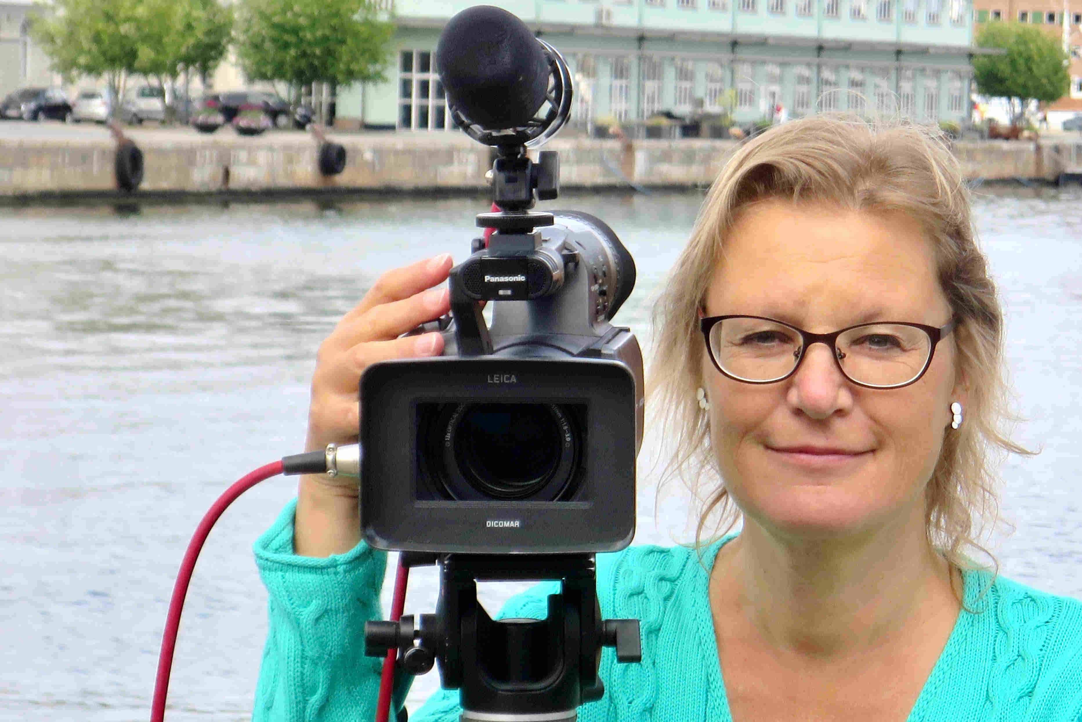 a storyteller, Anette Olsen, videokamera